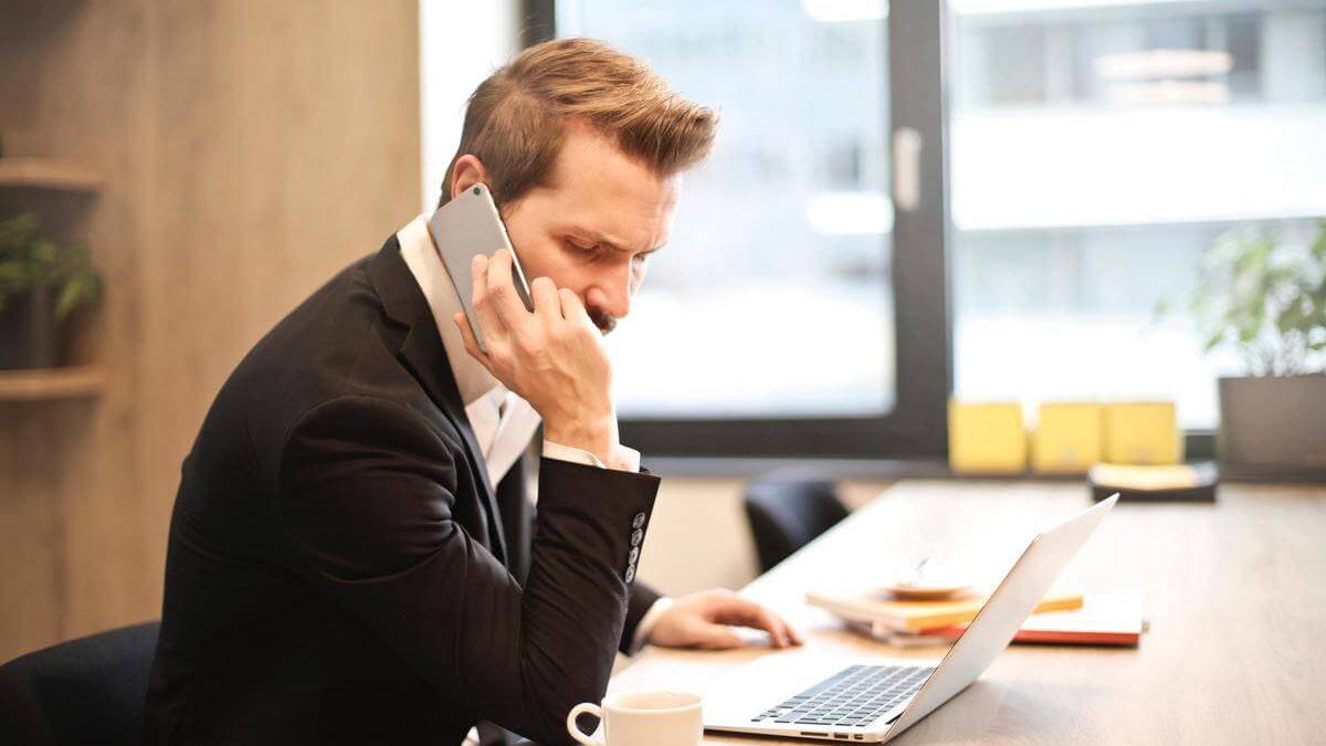 telefonierender Mitarbeiter
